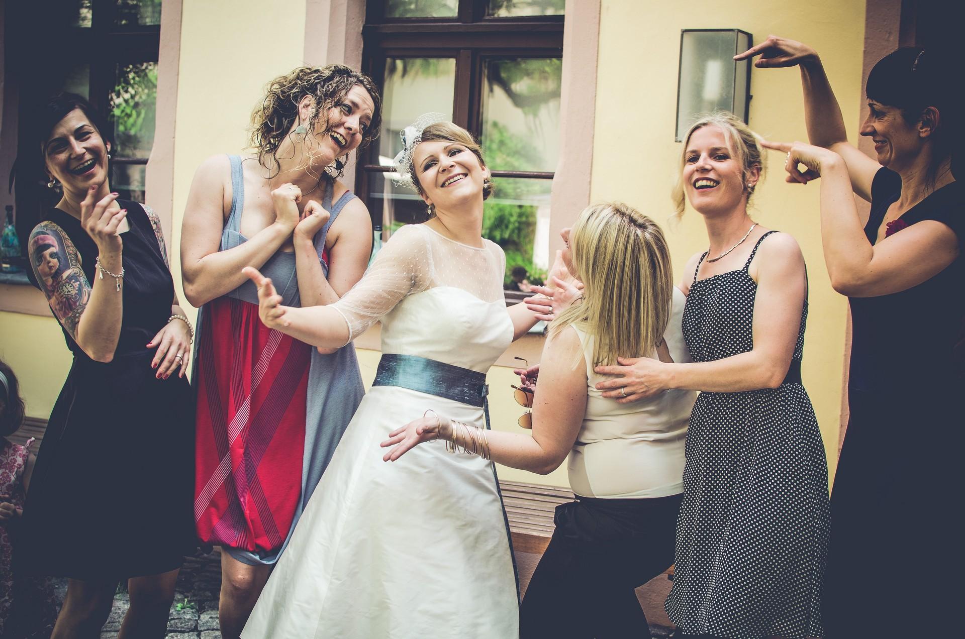 Hochzeitsfotografie Braut mit Freunden
