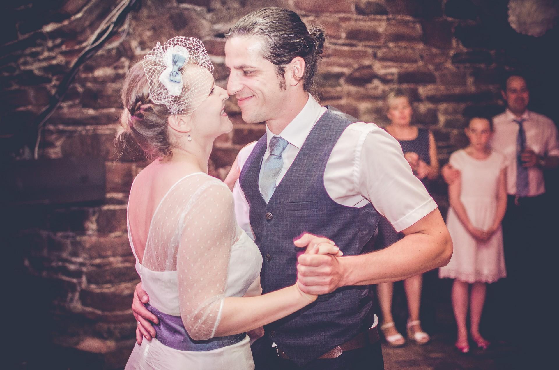 Hochzeitsfotografie Brautpaar tanzt
