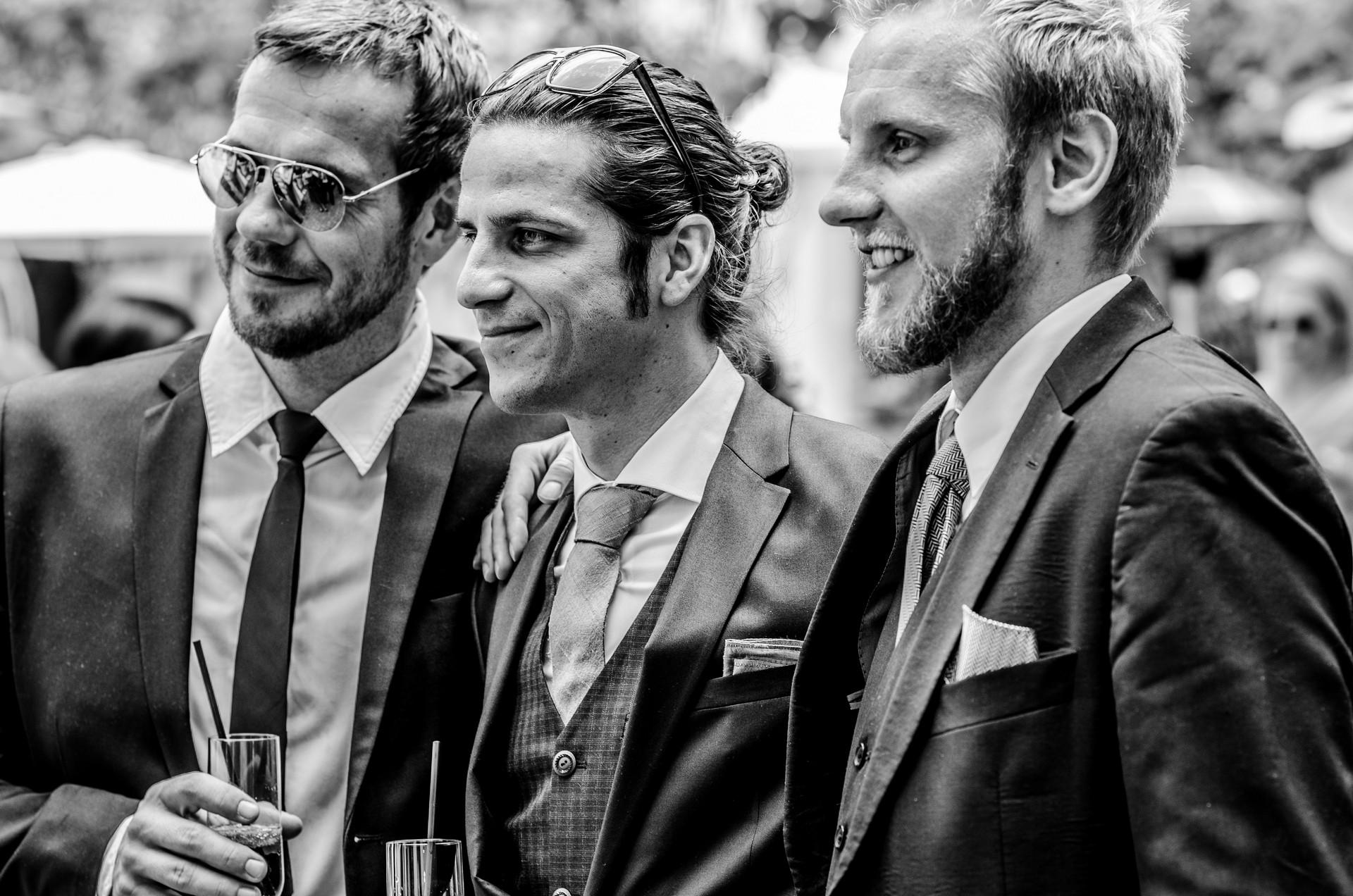 Hochzeitsfotografie Bräutigam mit seinen Jungs